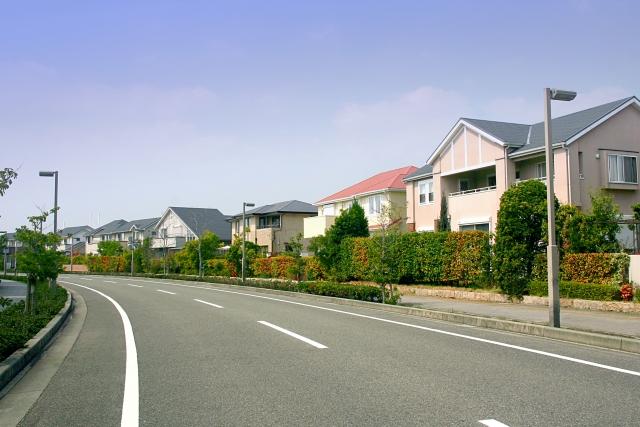 道路と住宅